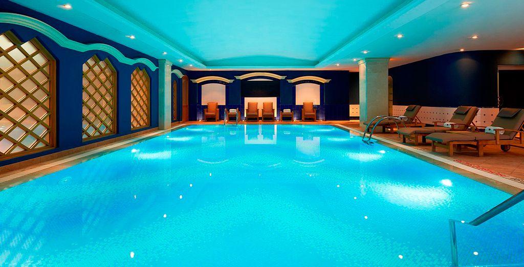 Disfruta de un baño en su piscina interior climatizada