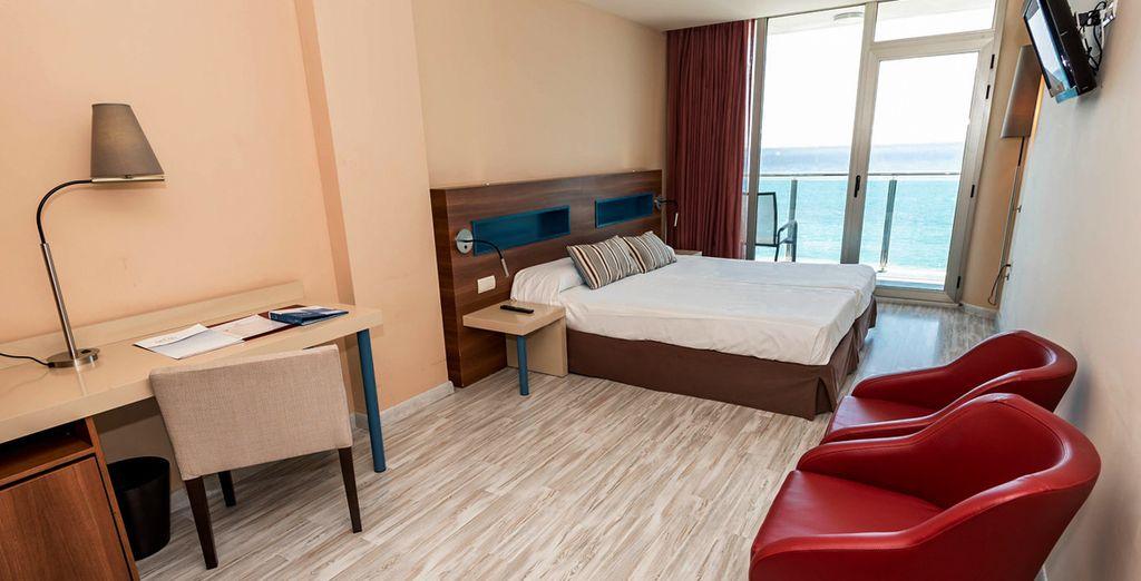 Te alojarás en una confortable habitación Vista Mar