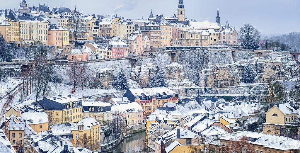 Die wunderschöne Stadt mit Schnee bedeckt...