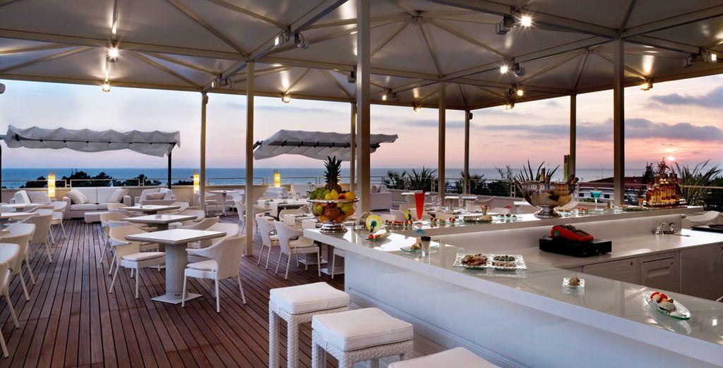 Am Abend entspannen Sie sich auf der Terrasse und geniessen Sie den schönen Blick aufs Meer