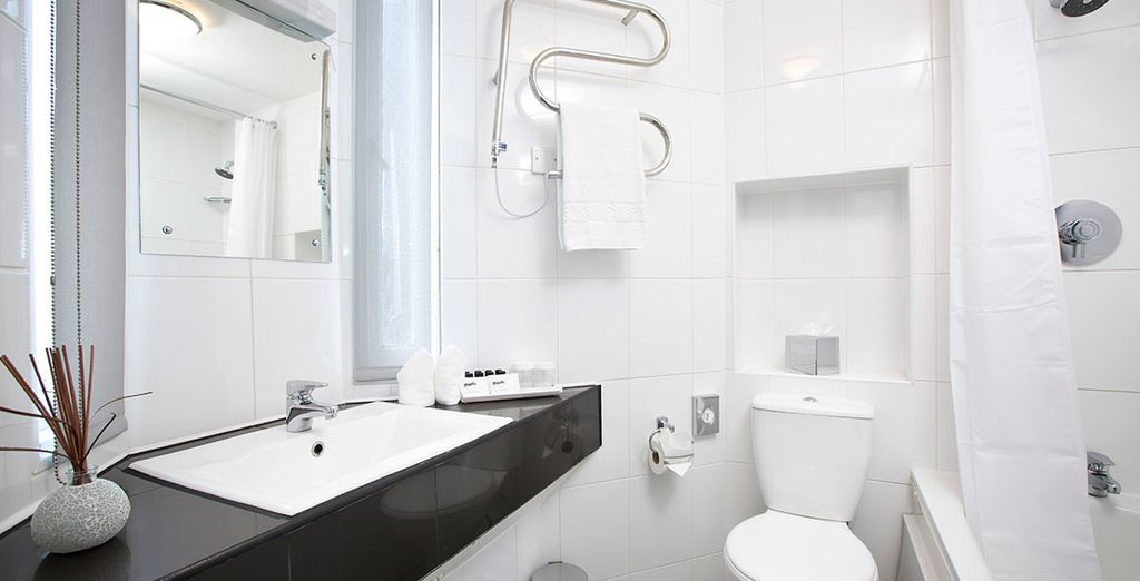 Das Badezimmer ist modern designt