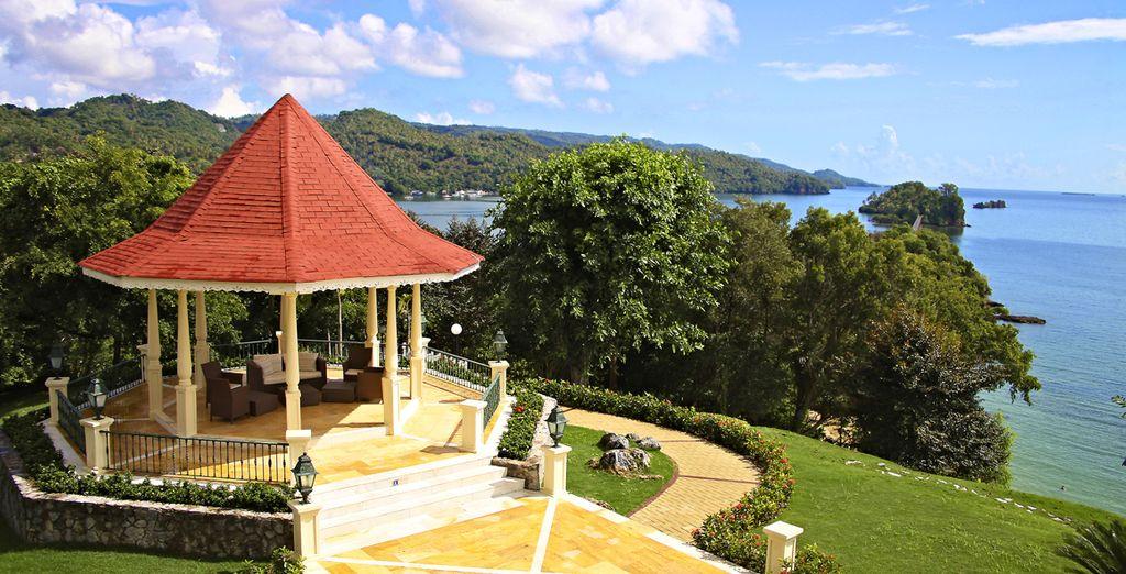 Das Hotel ist in einen schönen Garten eingebettet