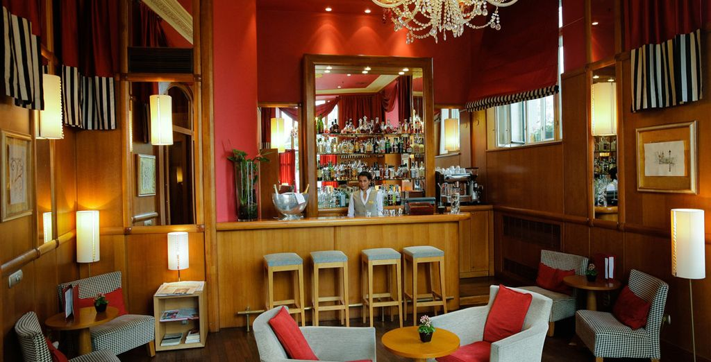 Trinken Sie einen Cocktail in der Bar
