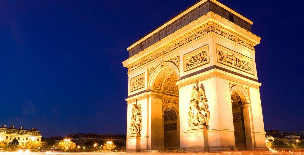 Paris bietet schöne Sehenswürdigkeiten, wie den Arc de Triomphe ....