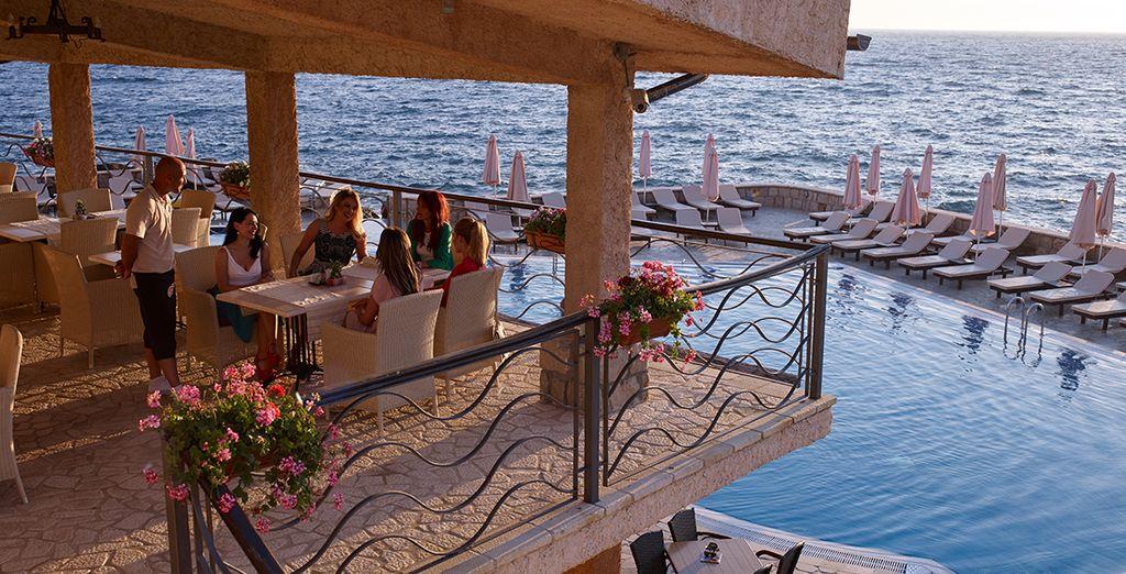 Relaxen Sie an einer der beiden Poolbars