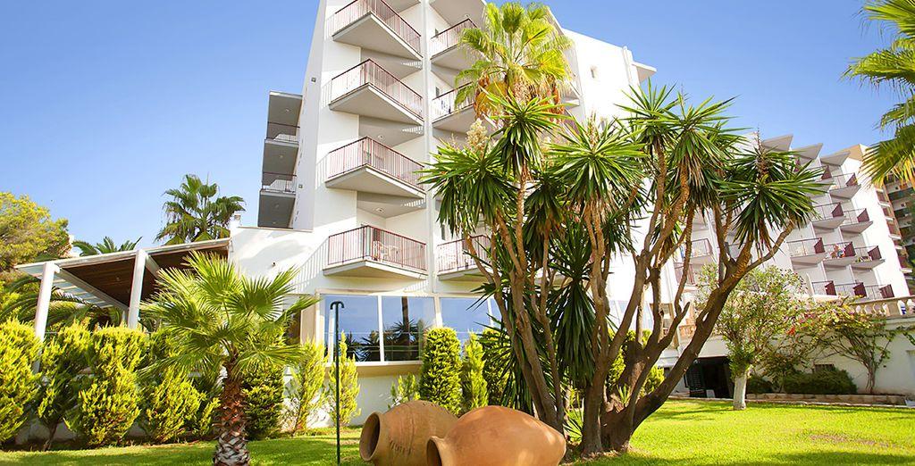 Der luxuriöse Garten um das Hotel lädt zu einem Spaziergang ein