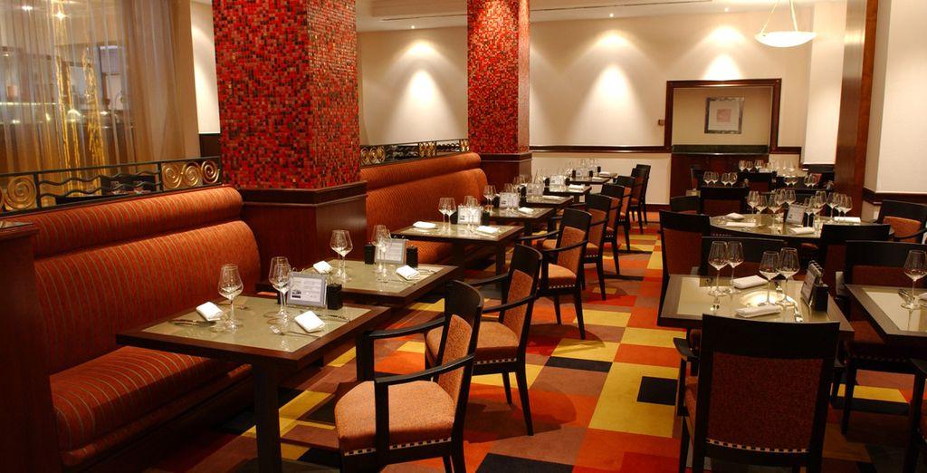 Die Gäste können im Hotelrestaurant lokale Spezialitäten probieren