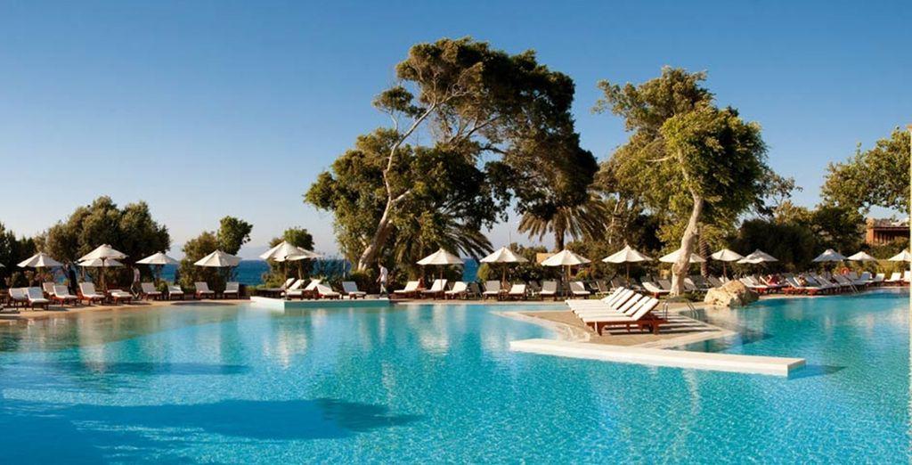 Das schlanke und elegante 5* Amathus Beach Hotel erwartet Sie