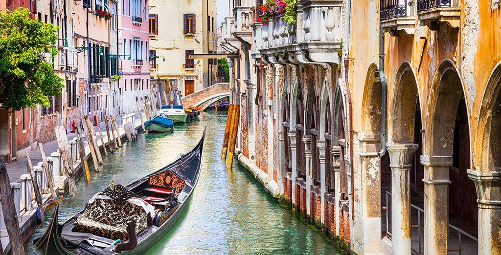 Fahren Sie durch die romantischen, gewundenen Kanäle Venedigs