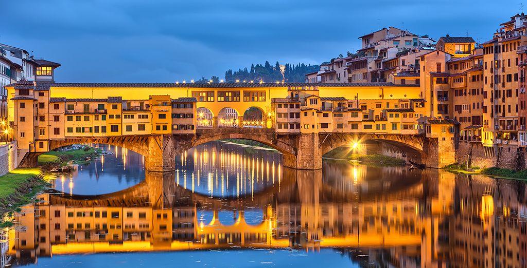 Beenden Sie Ihren Tag mit einem Spaziergang entlang der Ponte Vecchio...