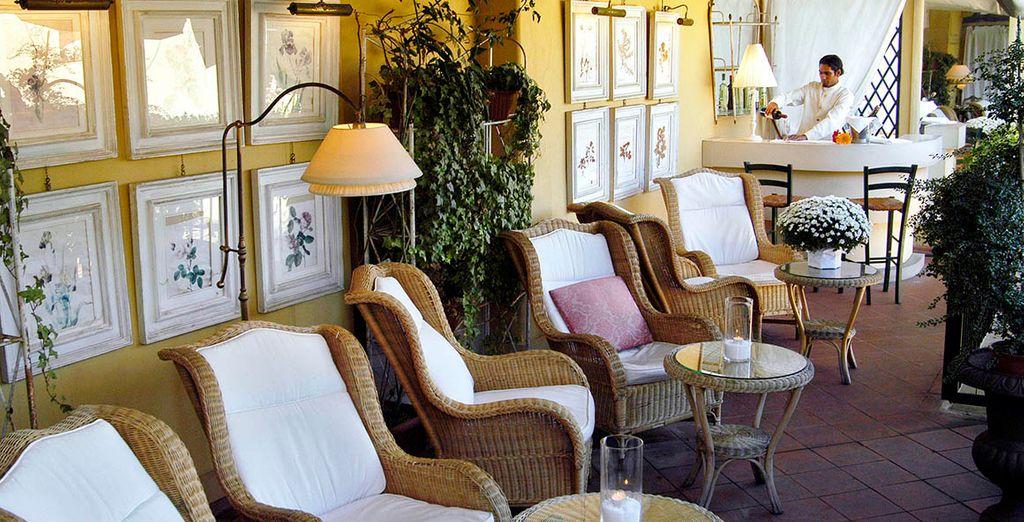 Genießen Sie einen erfrischenden Cocktail auf der wunderschönen Hotelterrasse