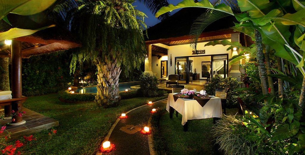 Genießen Sie den üppigen tropischen Garten, der sich um Ihre Villa erstreckt
