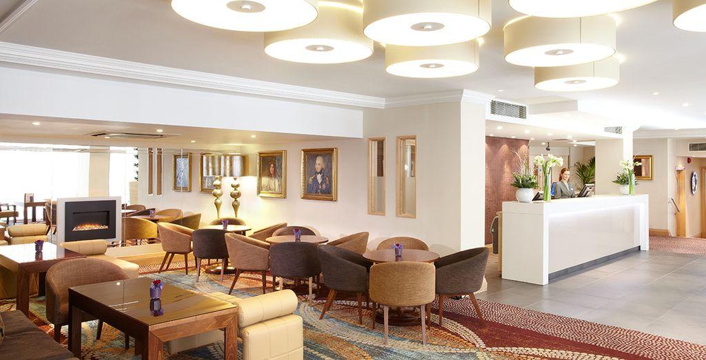 Das Hotel ist modern in hellen Farben gestaltet