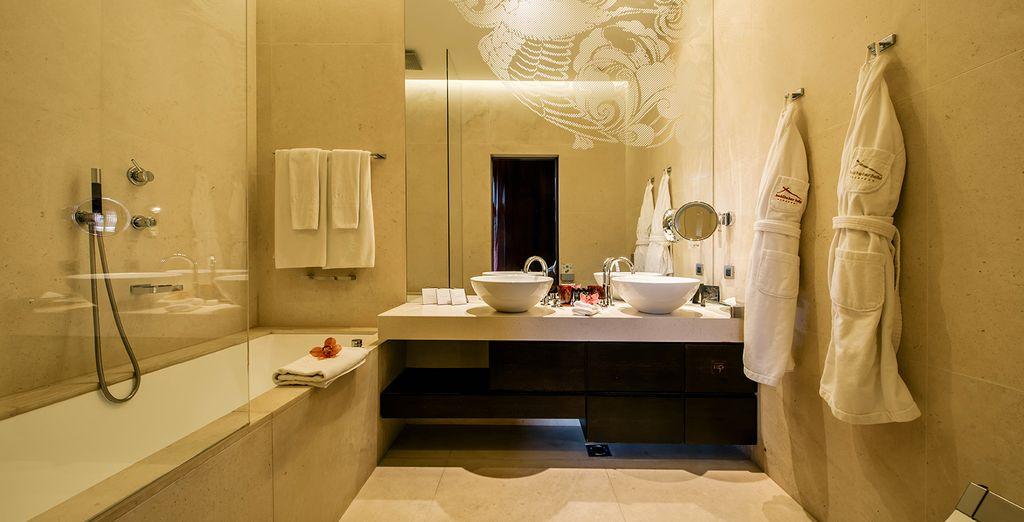 Mit einem gut ausgestattetem Badezimmer