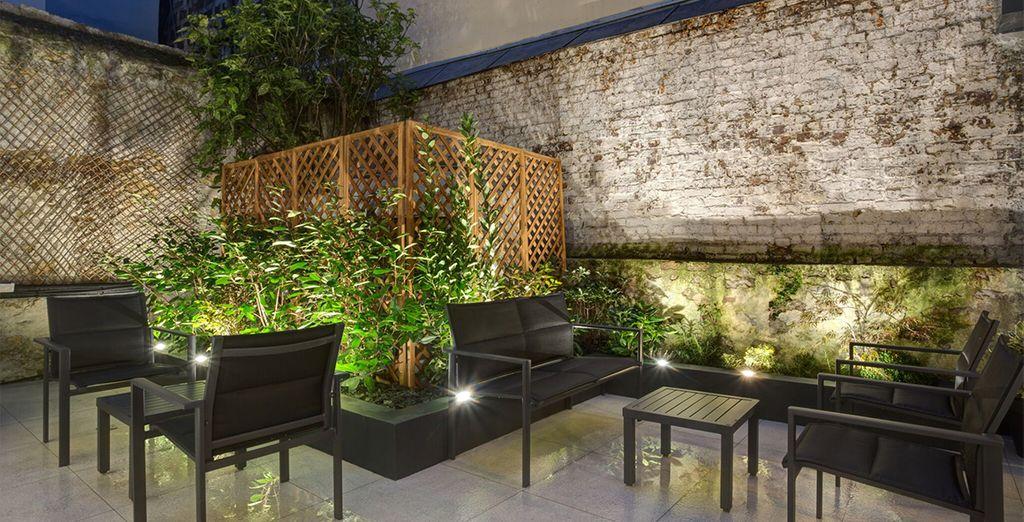 ...und entspannen Sie sich nach dem Sightseeing mit einem Drink auf der ruhigen Innenterrasse des Hotels