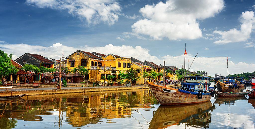 Sie fahren durch die charmante und wunderschöne Stadt Hoi An