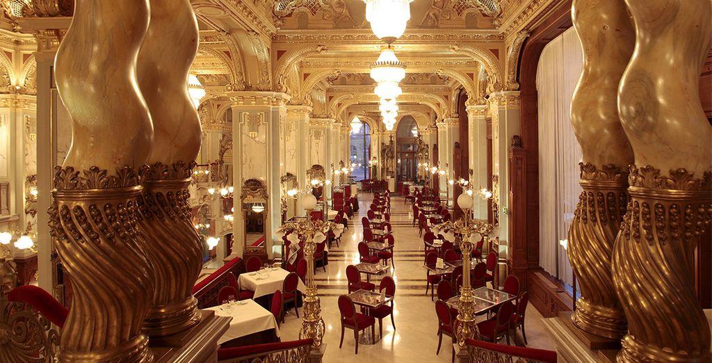 Genießen Sie das künstlerische Ambiente im Café des Hotels ...