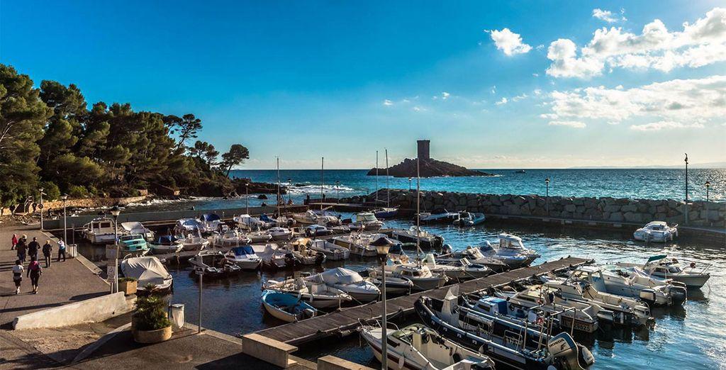 Flanieren Sie am Hafen von Saint Raphaël entlang