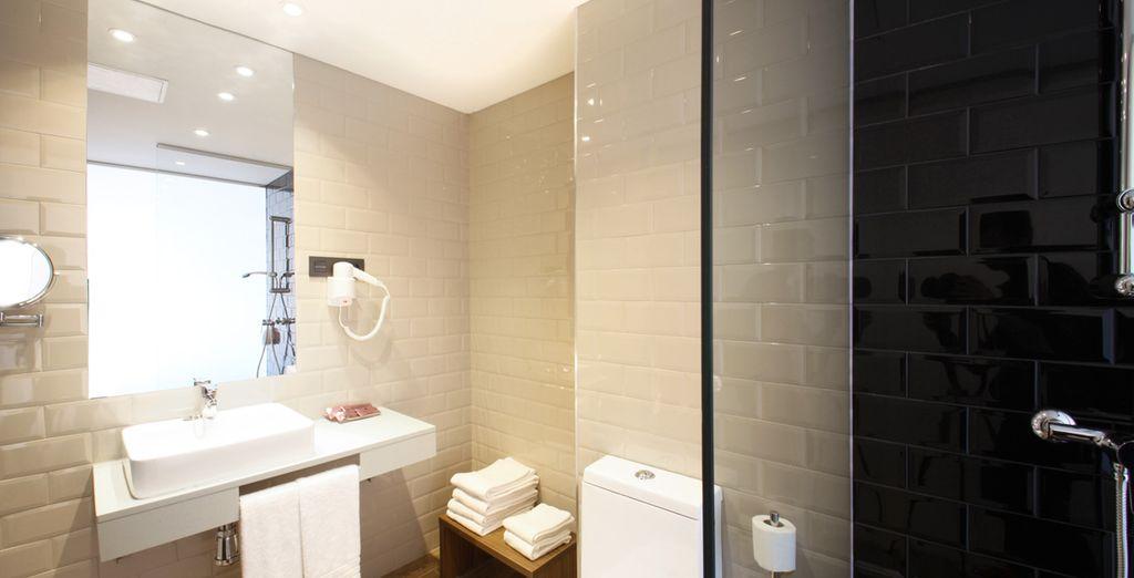 Mit gut ausgestattetem Badezimmer