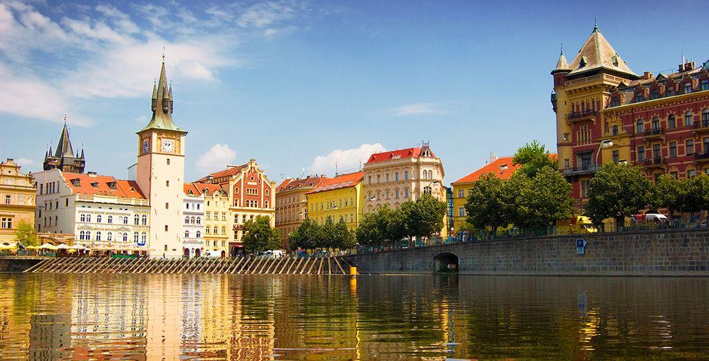 Spazieren Sie am Ufer der Moldau entlang
