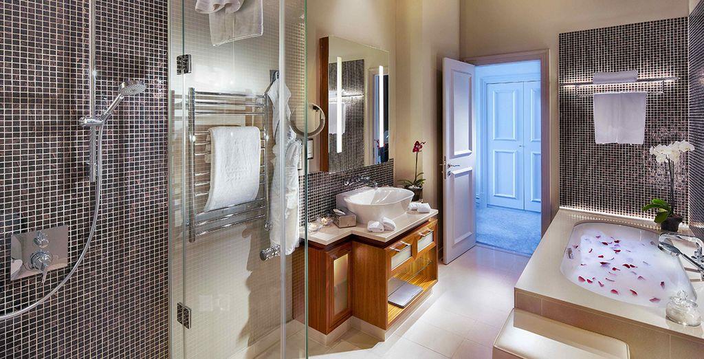 ... mit extravagantem Badezimmer