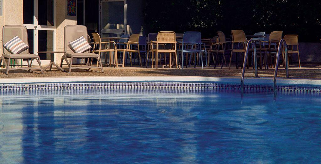 Erfrischen Sie sich im Pool