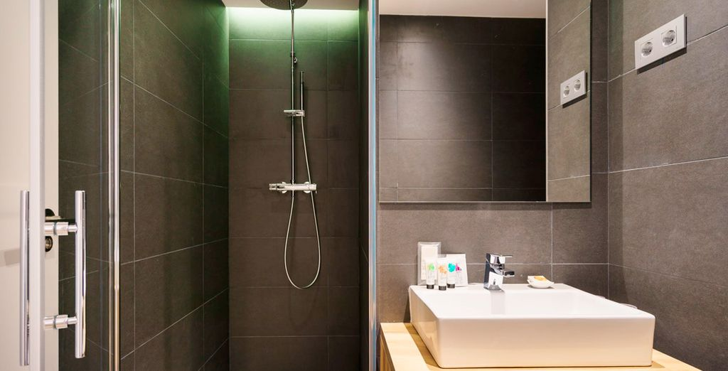 Das Bad ist im modernem Design