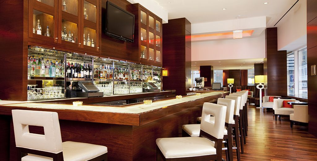 Lassen Sie den Abend bei einem Drink an der Bar ausklingen