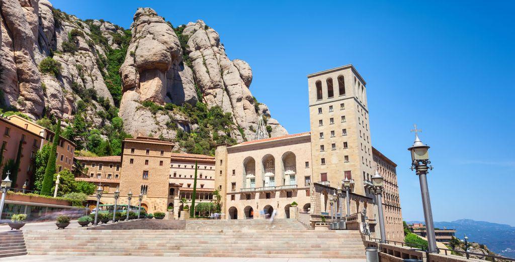 Y admira la magnífica abadía Santa María de Montserrat