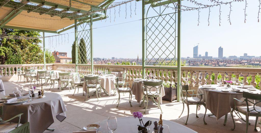 Durante los meses de verano, te invitamos a disfrutar de la mejor gastronomía en la terraza