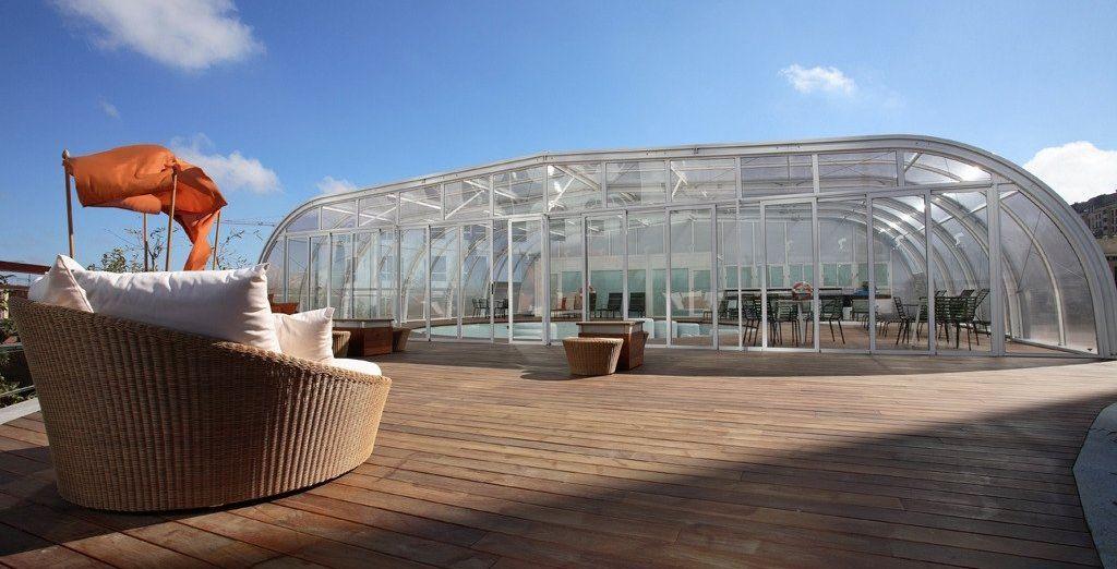 Tendrás a tu disposición una piscina exterior y otra cubierta y climatizada