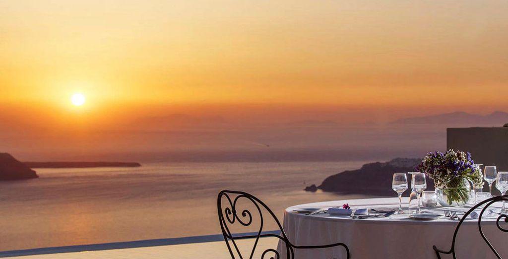 Y ofrece vistas al volcán de Santorini y al mar Egeo