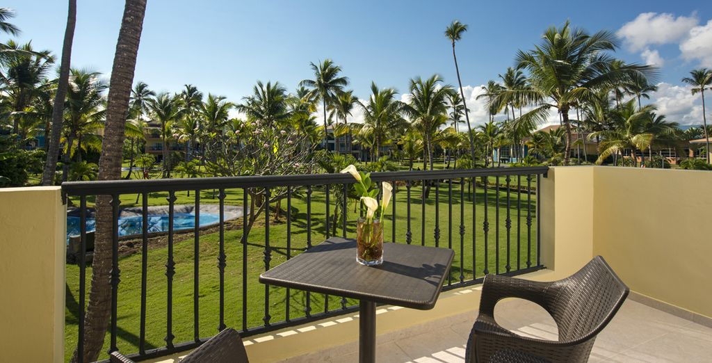 ...y disfruta de una mejora a Junior Suite con vistas a la piscina