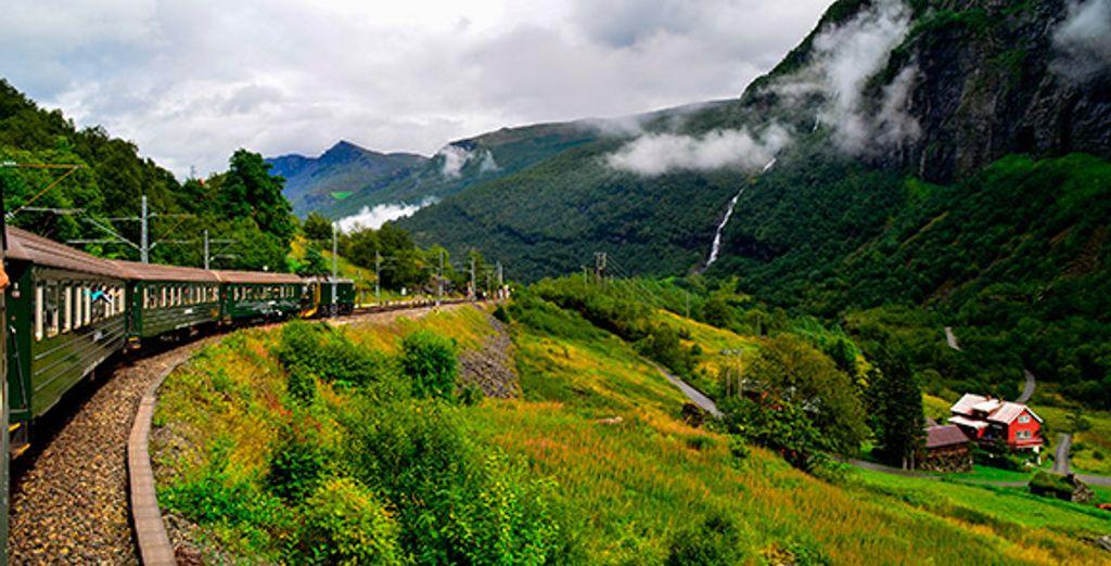 El tren de Fläm te asombrará al pasar por escarpadas laderas, junto a espectaculares cascadas