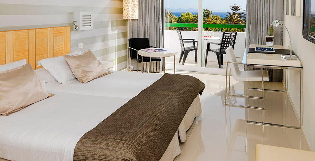 Descanse en su habitación Superior con balcón y vistas a la piscina