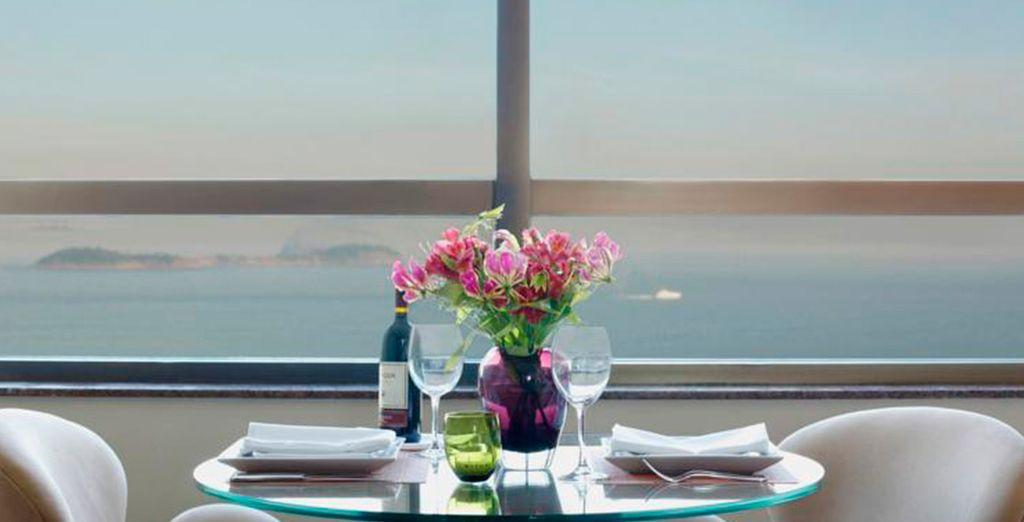 El acogedor Restaurant Bar d'Hôtel goza de vistas a la playa