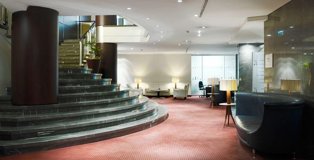 Alójese en un hotel grande y confortable distribuido en 30 plantas