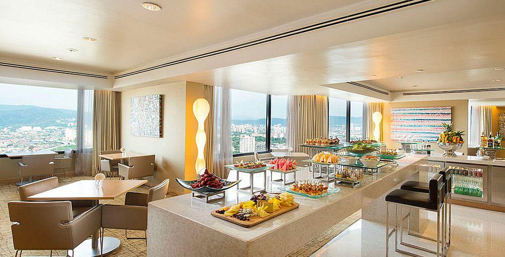... lujo y fascinantes vistas le acompañarán en su desayuno