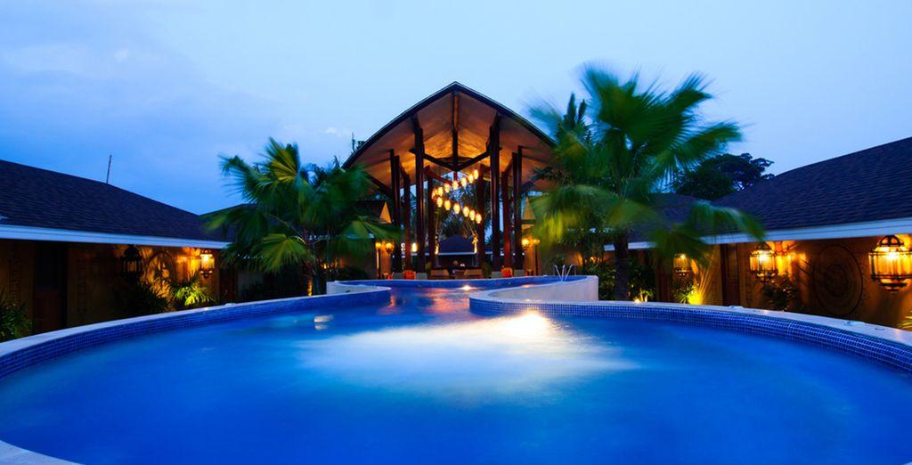 Disfrute de la piscina exterior y sus espectaculares vistas