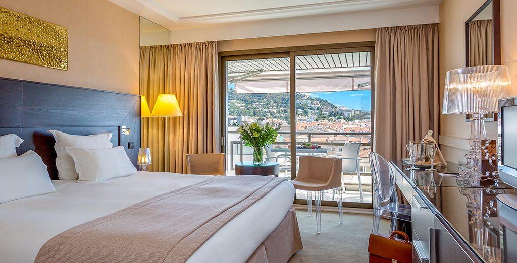 Dormirás en una habitación Deluxe con terraza y vistas a la villa
