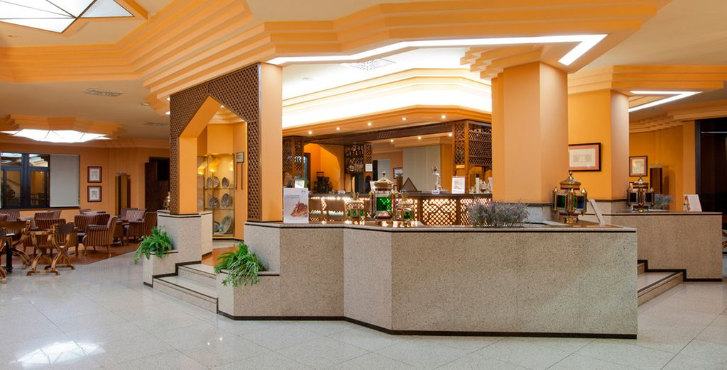 La cafetería también muestra un aire morisco en su decoración