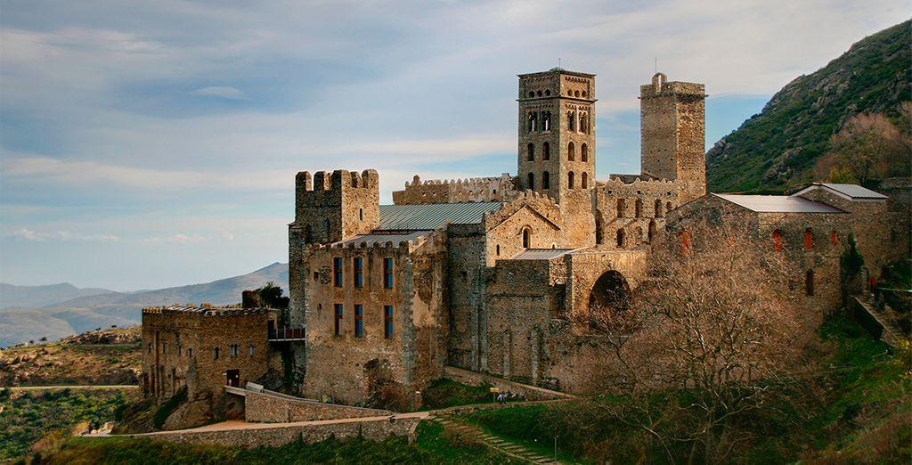 Monasterio de Sant Pere de Rodes está situado sobre la bahía que preside la típica población mediterránea