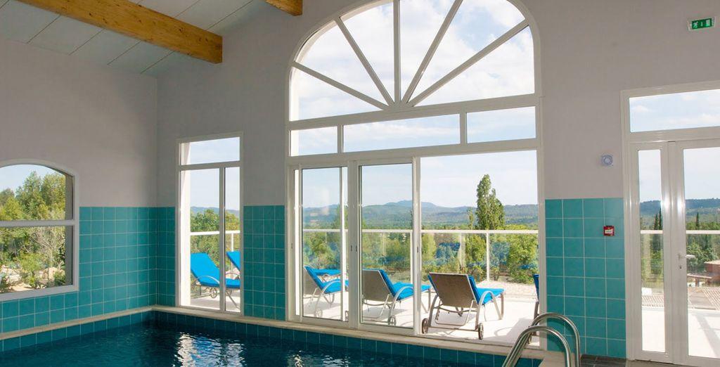 Piscina cubierta del hotel con grandes ventanales para admirar el entorno