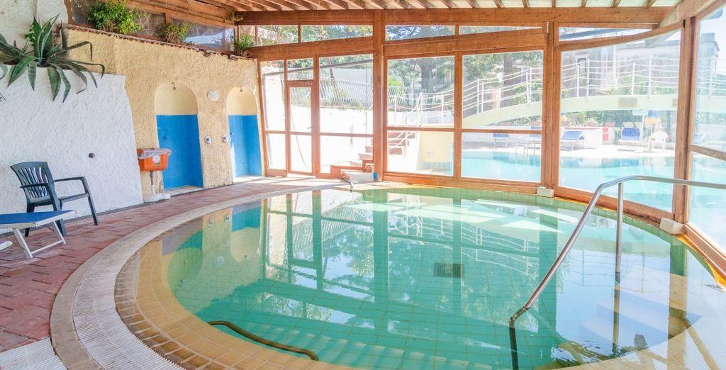 Relájate en la piscina cubierta