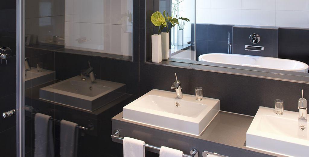 ...cuenta con un baño moderno y elegante