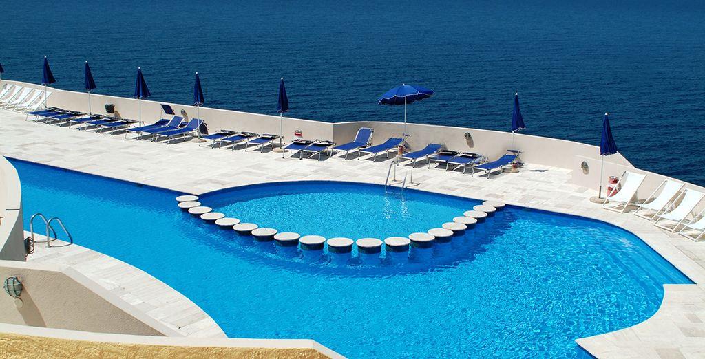Relájese en la piscina del hotel...