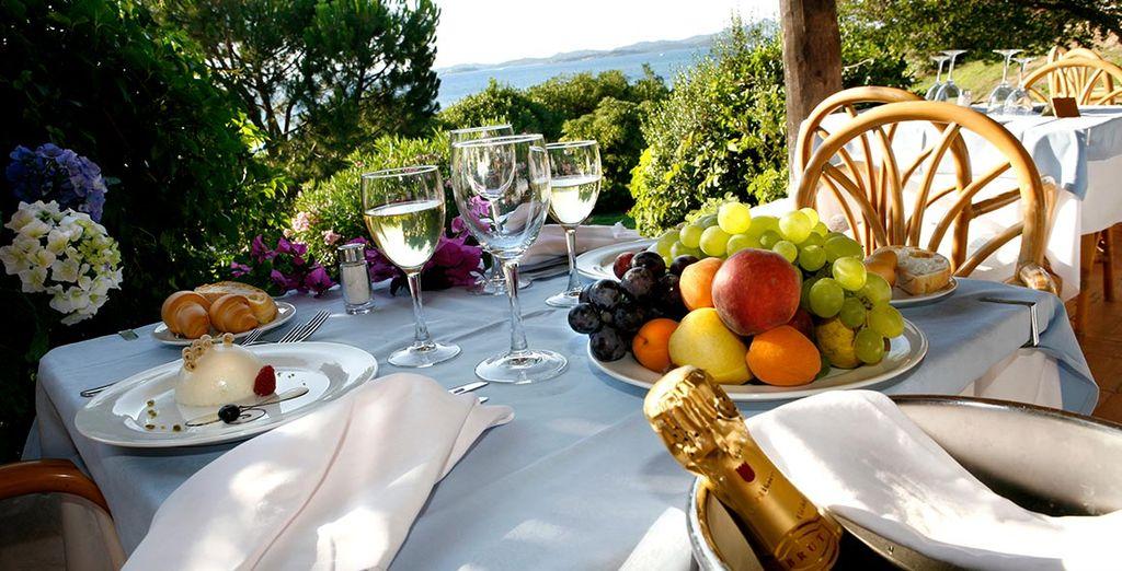 Disfrute de una exquisita gastronomía en la terraza