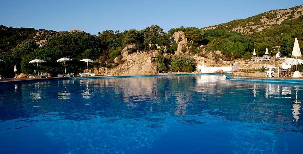 Una piscina con vistas panorámicas al mediterráneo