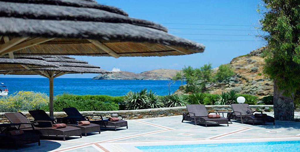 Descanse en la piscina con vistas al Egeo
