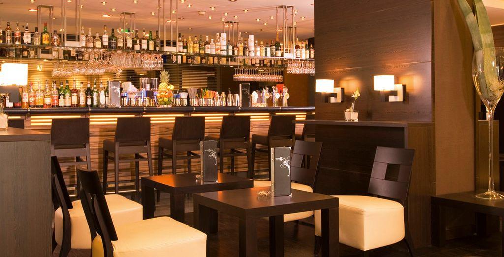 Relájese en el bar del hotel